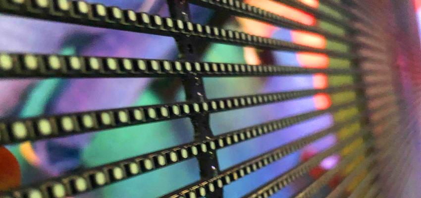 次世代の空間演出へようこそ!これが透過型LEDビジョンだ!